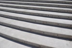 階段で足をひねる 今頃